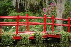 Η ξύλινη κόκκινη γέφυρα στην άνοιξη στη φυτεία και τους κήπους Magnolia Στοκ Φωτογραφίες