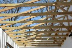 Η ξύλινη δομή του κτηρίου Εγκατάσταση των ξύλινων ακτίνων στην κατασκευή το σύστημα ζευκτόντων στεγών του σπιτιού Στοκ φωτογραφία με δικαίωμα ελεύθερης χρήσης