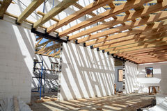 Η ξύλινη δομή του κτηρίου Εγκατάσταση των ξύλινων ακτίνων στην κατασκευή το σύστημα ζευκτόντων στεγών του σπιτιού Στοκ Φωτογραφίες