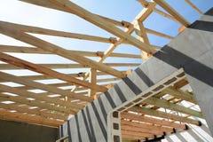 Η ξύλινη δομή του κτηρίου Εγκατάσταση των ξύλινων ακτίνων στην κατασκευή το σύστημα ζευκτόντων στεγών του σπιτιού Στοκ εικόνα με δικαίωμα ελεύθερης χρήσης