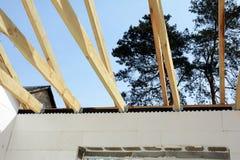 Η ξύλινη δομή του κτηρίου Εγκατάσταση των ξύλινων ακτίνων στην κατασκευή το σύστημα ζευκτόντων στεγών του σπιτιού Στοκ Εικόνα