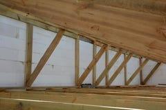 Η ξύλινη δομή του κτηρίου Εγκατάσταση των ξύλινων ακτίνων στην κατασκευή το σύστημα ζευκτόντων στεγών του σπιτιού Στοκ εικόνες με δικαίωμα ελεύθερης χρήσης