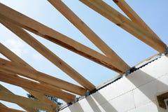 Η ξύλινη δομή του κτηρίου Εγκατάσταση των ξύλινων ακτίνων στην κατασκευή το σύστημα ζευκτόντων στεγών του σπιτιού Στοκ Εικόνες