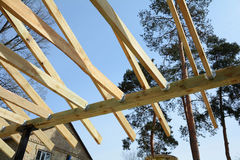Η ξύλινη δομή του κτηρίου Ξύλινο κτήριο πλαισίων Ξύλινη κατασκευή στεγών Εγκατάσταση των ξύλινων ακτίνων Στοκ εικόνα με δικαίωμα ελεύθερης χρήσης