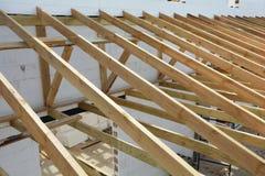 Η ξύλινη δομή του κτηρίου Ξύλινο κτήριο πλαισίων Ξύλινη κατασκευή στεγών Εγκατάσταση των ξύλινων ακτίνων Στοκ Εικόνες