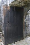Η ξύλινη πόρτα στέκεται ανοικτή, Aughnanure Castle, κοντά σε Oughterard στοκ φωτογραφίες με δικαίωμα ελεύθερης χρήσης