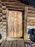 Η ξύλινη πόρτα στο εσωτερικό και υποδήματα Στοκ Φωτογραφία