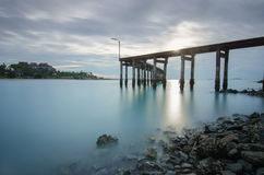 Η ξύλινο γέφυρα ή το κλιμακοστάσιο για την άποψη δείχνει την ανατολή Στοκ Φωτογραφία