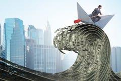 Η οδηγώντας βάρκα εγγράφου επιχειρηματιών στη θάλασσα δολαρίων στοκ φωτογραφία