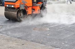 Η οδική επισκευή, συμπιεστής βάζει την άσφαλτο Πεζοδρόμιο επισκευής και τοποθέτηση της νέας ασφάλτου στοκ φωτογραφία με δικαίωμα ελεύθερης χρήσης
