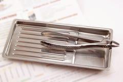 Η οδοντική λαβίδα βρίσκεται στον ιατρικό δίσκο Στοκ εικόνα με δικαίωμα ελεύθερης χρήσης