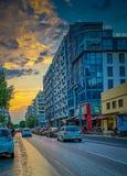 Η οδός Tsimiski η περισσότερη κυκλοφορία ο δρόμος της πόλης, του όμορφου στιγμιοτύπου ηλιοβασιλέματος με τα αυτοκίνητα και του ορ στοκ εικόνα