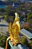 Η Οζάκα Castle, το πράσινο κάστρο με τα χρυσά εμβλήματα τιγρών Στοκ φωτογραφίες με δικαίωμα ελεύθερης χρήσης