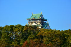 Η Οζάκα Castle, το πράσινο κάστρο με τα χρυσά εμβλήματα τιγρών Στοκ Εικόνες