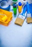 Η οικογένεια δένει τα προστατευτικά γάντια και το σύνολο χρώματος με ταινία Στοκ φωτογραφία με δικαίωμα ελεύθερης χρήσης