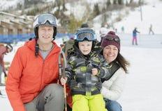 Η οικογένεια έτοιμη να κάνει σκι με ένα αγόρι μικρών παιδιών έντυσε σε όλο το εργαλείο ασφάλειας Στοκ φωτογραφίες με δικαίωμα ελεύθερης χρήσης