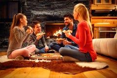 Η οικογένεια έχει τη διασκέδαση και κατανάλωση της πίτσας από κοινού στοκ φωτογραφίες με δικαίωμα ελεύθερης χρήσης