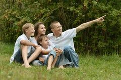 Η οικογένεια έχει το πικ-νίκ Στοκ φωτογραφία με δικαίωμα ελεύθερης χρήσης