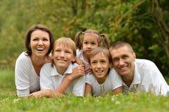 Η οικογένεια έχει το πικ-νίκ Στοκ Εικόνα