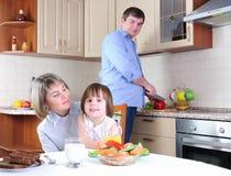 Η οικογένεια έχει το πρόγευμα στην κουζίνα στοκ φωτογραφία