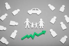 Η οικογένεια αγοράζει το αυτοκίνητο, αύξηση δαπανών αυτοκινήτων σε αριθμό των αυτοκινήτων στοκ εικόνα με δικαίωμα ελεύθερης χρήσης