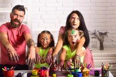 Η οικογένεια αποκριών με το zombie παραδίδει τα χρώματα στοκ εικόνα