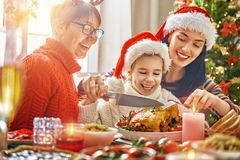 Η οικογένεια γιορτάζει τα Χριστούγεννα Στοκ φωτογραφίες με δικαίωμα ελεύθερης χρήσης