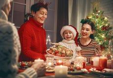 Η οικογένεια γιορτάζει τα Χριστούγεννα Στοκ Εικόνες