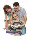 Η οικογένεια διαβάζει Στοκ Φωτογραφίες