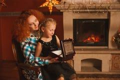 Η οικογένεια είναι από την εστία Στοκ φωτογραφία με δικαίωμα ελεύθερης χρήσης
