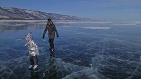 Η οικογένεια είναι πάγος κάνοντας πατινάζ στην ημέρα Κορίτσια για να οδηγήσει τα σαλάχια πάγου αριθμού στη φύση Μητέρα, κόρη και  φιλμ μικρού μήκους