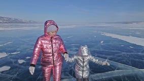 Η οικογένεια είναι πάγος κάνοντας πατινάζ στην ημέρα Κορίτσια για να οδηγήσει τα σαλάχια πάγου αριθμού στη φύση Μητέρα και κόρη π φιλμ μικρού μήκους