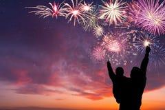 Η οικογένεια εξετάζει τα πυροτεχνήματα Στοκ Εικόνες