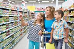 Η οικογένεια επιλέγει τα προϊόντα στο κατάστημα Στοκ Φωτογραφίες