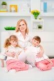 Η οικογένεια ευτυχής αγκαλιάζει στοκ φωτογραφία με δικαίωμα ελεύθερης χρήσης
