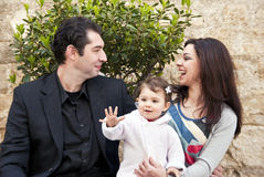 Η οικογένεια ευτυχής, παιδί λέει γειά σου Στοκ Εικόνες