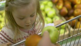 Η οικογένεια κάνει τις αγορές στην υπεραγορά απόθεμα βίντεο