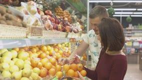 Η οικογένεια κάνει τις αγορές στην υπεραγορά Στοκ Φωτογραφίες