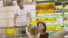 Η οικογένεια κάνει τις αγορές στην υπεραγορά Στοκ φωτογραφίες με δικαίωμα ελεύθερης χρήσης