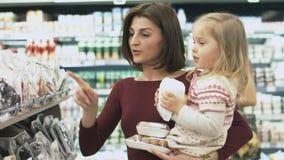 Η οικογένεια κάνει τις αγορές στην υπεραγορά Στοκ φωτογραφία με δικαίωμα ελεύθερης χρήσης