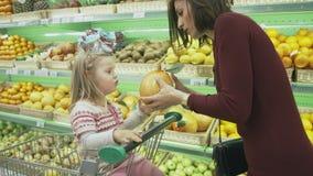 Η οικογένεια κάνει τις αγορές στην υπεραγορά Στοκ Φωτογραφία