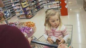 Η οικογένεια κάνει τις αγορές στην υπεραγορά Στοκ Εικόνα