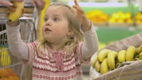 Η οικογένεια κάνει τις αγορές στην υπεραγορά Στοκ εικόνα με δικαίωμα ελεύθερης χρήσης