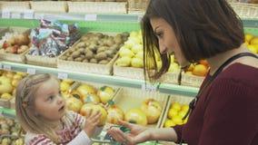 Η οικογένεια κάνει τις αγορές στην υπεραγορά Στοκ Εικόνες