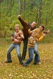 Η οικογένεια μας παρουσιάζει στους αντίχειρες Στοκ φωτογραφία με δικαίωμα ελεύθερης χρήσης