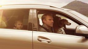 Η οικογένεια με το σκυλί τους παίρνει σε ένα αυτοκίνητο, στερεώνει τις ζώνες ασφαλείας τους και πυροδοτεί απόθεμα βίντεο