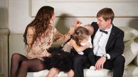 Η οικογένεια ξοδεύει τη νέα παραμονή έτους ` s στο κόμμα απόθεμα βίντεο