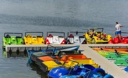 Η οικογένεια ξοδεύει τις διακοπές τους κολυμπώντας με τη βάρκα κουπιών επάνω Στοκ φωτογραφίες με δικαίωμα ελεύθερης χρήσης