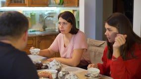 Η οικογένεια πίνει το τσάι και τη συζήτηση στην κουζίνα φιλμ μικρού μήκους