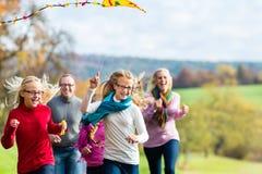 Η οικογένεια παίρνει τον περίπατο στο δασικό πετώντας ικτίνο φθινοπώρου στοκ φωτογραφία με δικαίωμα ελεύθερης χρήσης